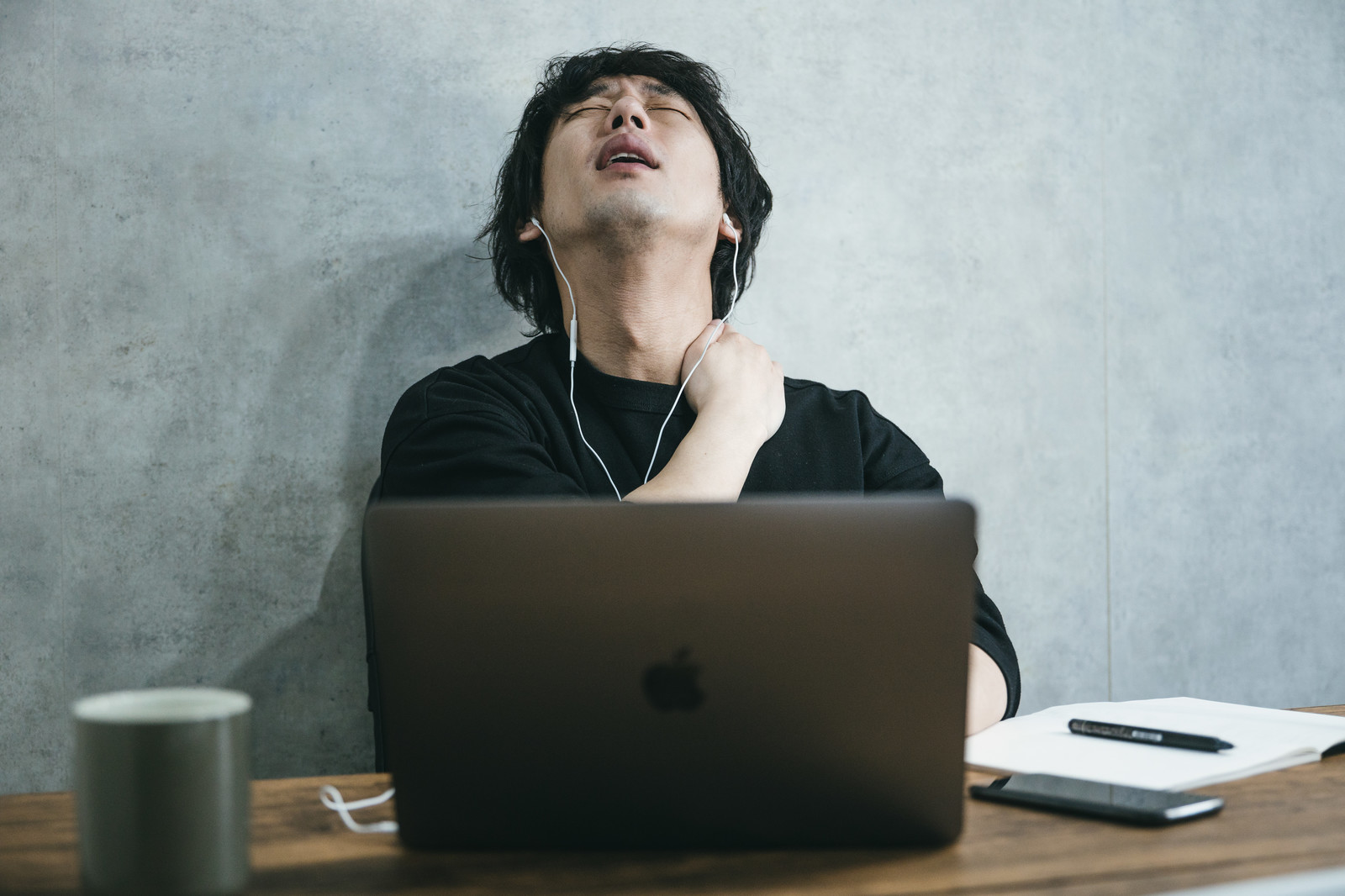 多くの社会人が悩まされている疲れ目の原因や対処法とは