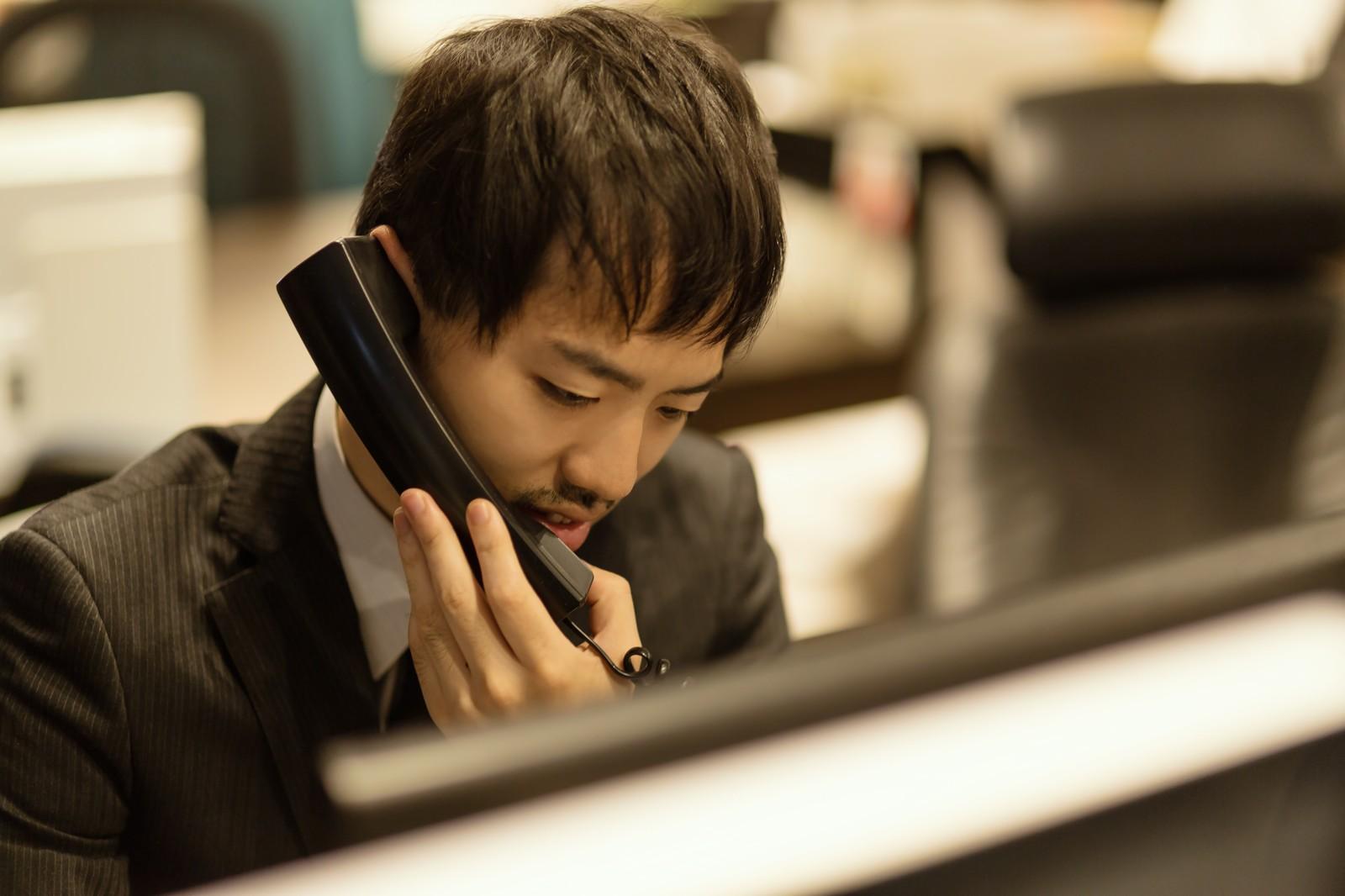 仕事で電話に出るのが苦手!原因や克服する方法を解説